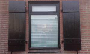 Raamluiken - Luiken - Maatwerk - Houten raamluiken op maat gemaakt - Houten - hout - voor het raam - buiten - opgeklampte luiken Klussenbedrijf CDV Dienstverlening
