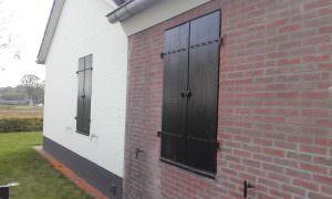 Raamluiken - Luiken - Maatwerk - Houten raamluiken op maat gemaakt - Houten - hout - voor het raam - buiten - Klussenbedrijf CDV Dienstverlening