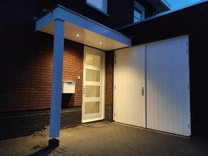 Luifel met verlichting - Deurluifel met verlichting op maat laten maken - Overkapping voordeur - Handgemaakt - Hout