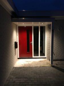 Maatwerk houten deurluifel met led spotjes - Luifel met verlichting - Overkapping voordeur - Luifel voordeur